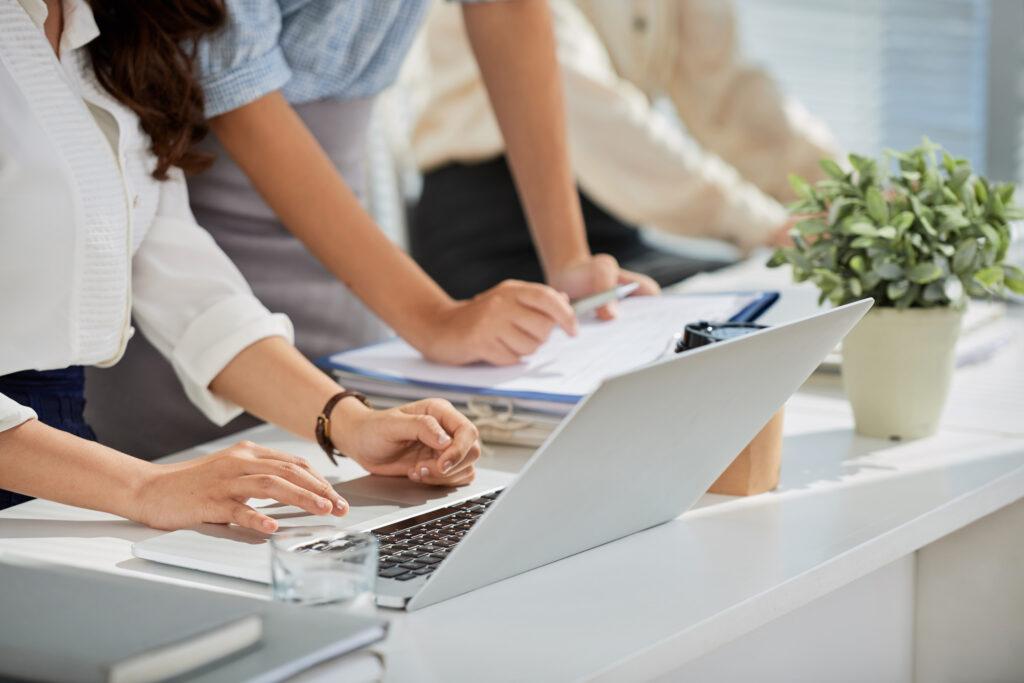Buenos contenidos y mensajes en campañas de comunicación-mujer ordenador