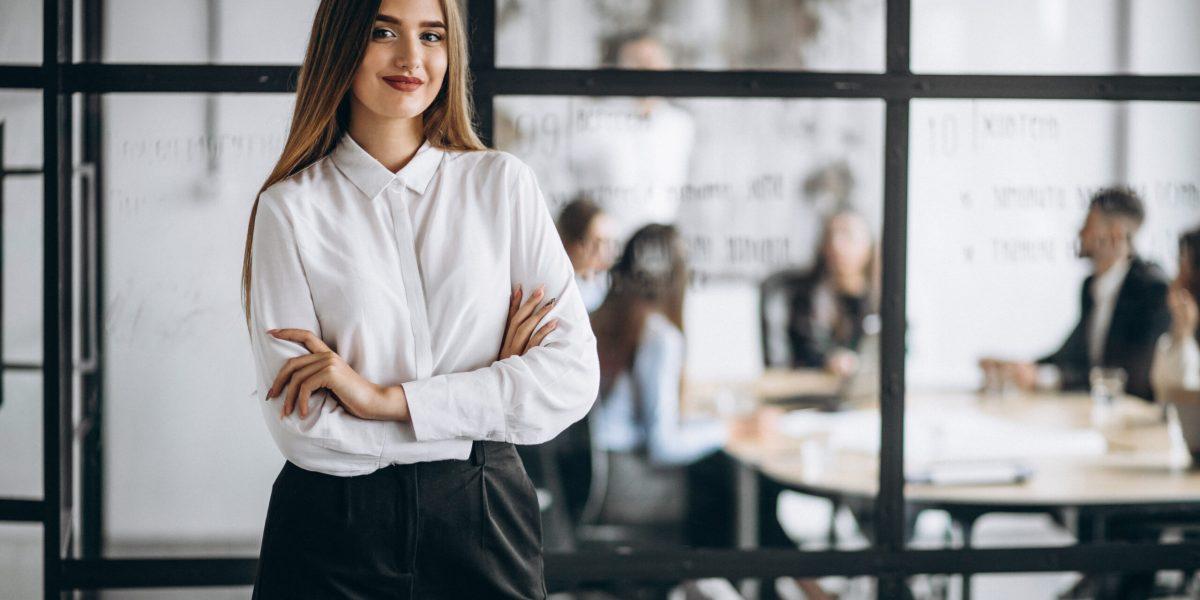 Mujer empresaria en la oficina